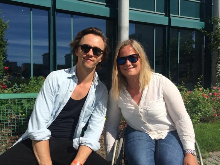 HERLIG SAMTALE: Vi møttes en solsinnstorsdag og fikk snakket godt om Sondres låtskrivingsprosedyre! (Foto: Erle Strøm, HES).
